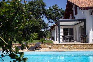 Maison avec une pergola réalisée par Ehia à Bassussarry