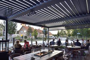 Terrasse dans un restaurant avec pergola par Ehia